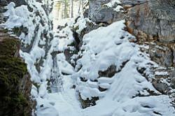 Ozero Bezdonnoe predstavljaet soboj karstovyj proval, zapolnennyj vodoj. V prirodnom parke Olen'i ruch'i v Sverdlovskoj oblasti ran'she mozhno bylo spustit'sja v takoj zhe.