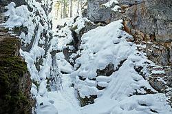 Prirodnyj park «Olen'i ruch'i» v okrestnostjah Ekaterinburga. Opisanie peshego pohoda zimoj v peshheru Druzhba i snimki Bol'shogo karstovogo provala – kaverny, u kotoroj obrushilsja svod.