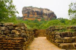 Vo vremja puteshestvija za rulem po Shri-Lanke my podnimalis' na neskol'ko gornyh vershin. So skaly Sigirija otkryvajutsja prekrasnye landshafty