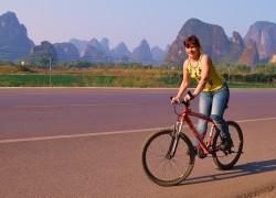 V derevne Jansho my vzjali naprokat velosipedy i katalis' po okrestnostjam togo zhe Yangshuo. Mestnye babuli predlozhili postorozhit' veliki, a my perelezli cherez zabor i zabralis' na Moon Hill besplatno