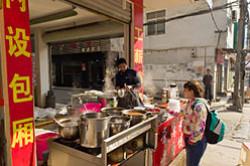 Vo vremja vtoroj poezdki v Kitaj my otpravilis' v nacional'nyj park Chzhanczjacze. V ulichnom kafe v derevne Ulin#juan' my pokazali takuju zhe nadpis' pro druzhbu. Vo chto jeto vylilos'?