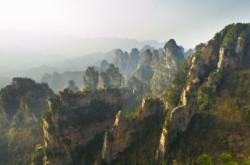 Krasivye skaly v nacional'nom parke Chzhanczjacze v Kitae. Mesto, gde provesti otpusk