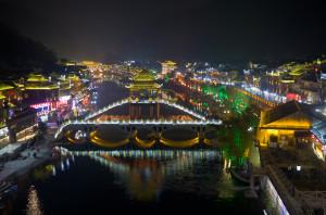 Ночной пейзаж города Fenghuang в Китае