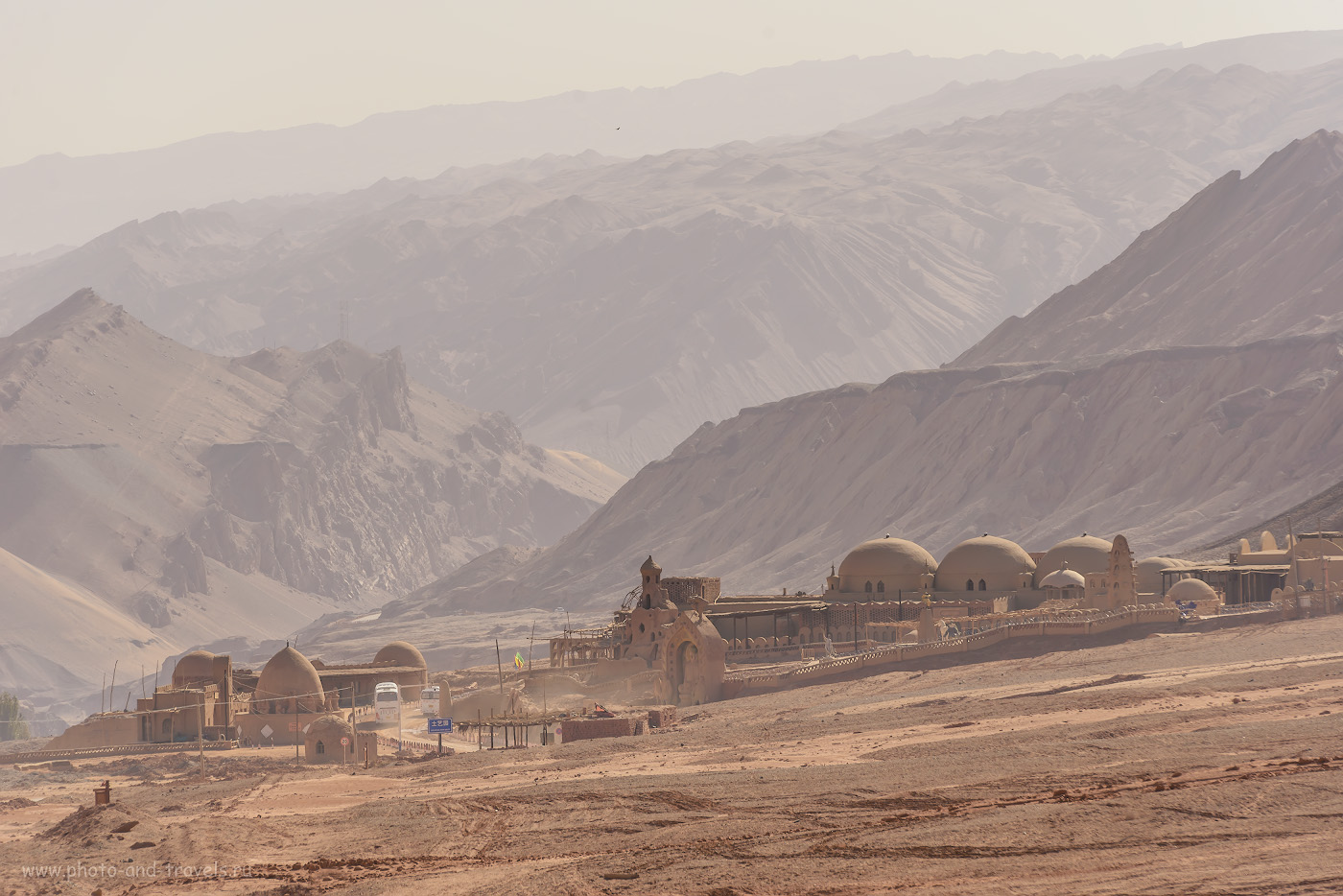 Вид на долину около пещер тысячи Будд Безеклик в окрестностях города Турфан в Синьцзян-Уйгурском автономном районе Китая. Почитайте рассказ о проблемах из-за наличия турецких штампов в паспорте.