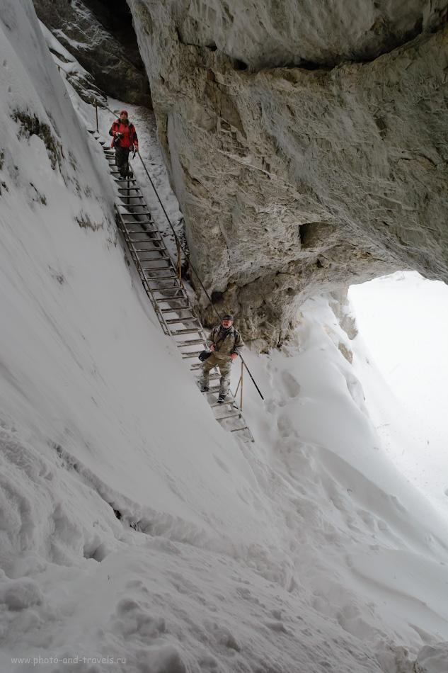 25. Лестница у скалы Карстовый мост в природном парке «Оленьи ручьи». Маршрут к этой скале проходит тоже по живописным местам. Здесь красиво и летом, и зимой. Снято на зеркалку Nikon D5200 + Nikon 17-55mm f/2.8G. Настройки: 1/100, 9.0, 720, -1.0, 17.