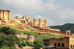 Dvorec Dvorec Hava-Mahal i potrjasajushhij fort Amber v gorode Dzhajpur. Vtoraja tochka iz Zolotogo treugol'nika.