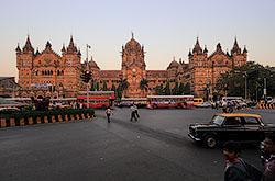Fotootchet o poezdke Mihaila v Mumbai v 2014 godu. Interesnye fotografii s ulicy Kolaba Kozujej, starinnogo zdanija zheleznodorozhnogo vokzala i drugih krasivyh mest.