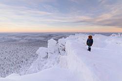 Odno iz prekrasneishikh mest Permskogo kraia gora Poliud v okrestnostiakh Krasnovisherska Nezabyvaemyi rassvet Karabkane na skaly Vetlan.