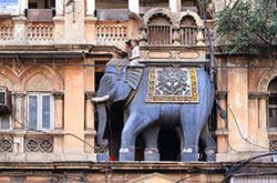 Indiia slavitsia svoimi filmami kotorye proizvodit fabrika grez Bollivud Rasskaz o nesostoiavsheisia ekskursii v eto mesto Progulka k khramu Mumba Devi.