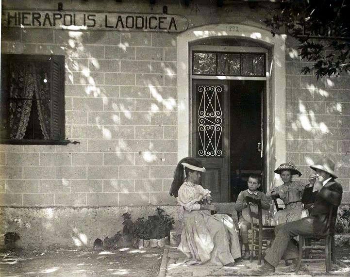 37. Гертруда Белл у здания с вывеской Иераполис и Леодикея. 1907 год.