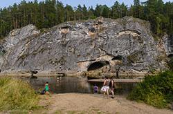 V Sverdlovskoi oblasti est eshche bole masshtabnaia arka Rech idet o Karstovom moste v prirodnom parke Oleni ruchi
