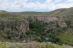 Vo vremia otdykha v Turtsii my takzhe otpravilis v peshii pokhod po krasiveishemu ushcheliu prorezannomu v vulkanicheskikh porodakh burnoi rekoi Otzyv ob ekskursii v dolinu Ikhlara.