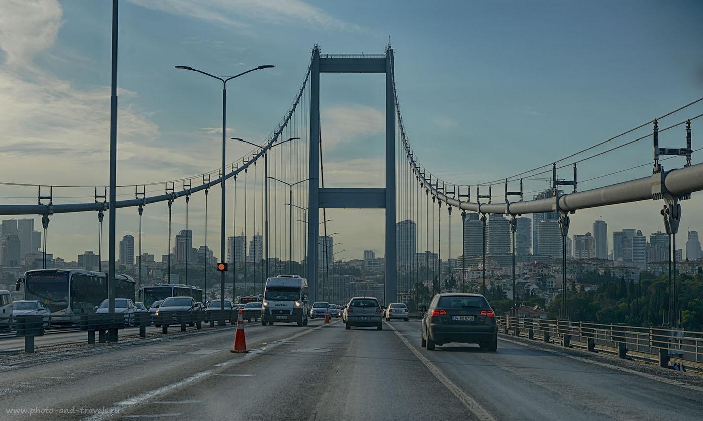 Фото 1. Босфоркий мост в Стамбуле. Отзывы туристов о путешествии на машине по Турции. Камера Nikon Д610, объектив Nikon 24-70mm f/2.8. Настройки: выдержка 1/800, +0.67EV, диафрагма f/8.0, ISO 500, фокусное расстояние 70. Именно этот кадр снят в JPEG.