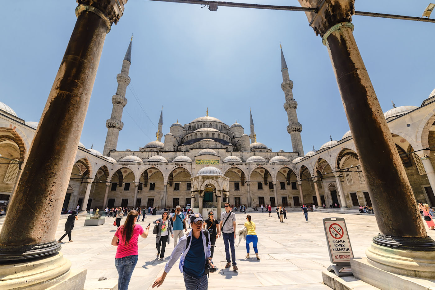 Фото 2. Голубая мечеть. Отзывы туристов об экскурсиях в Стамбуле. Поездка в Турцию в отпуск. Снято на полнокадровый фотоаппарат Nikon D610 со сверхширокоугольным объективом Samyang 14mm f/2.8. Параметры съемки: выдержка 1/640 секунды, экспокоррекция составляет «-1,33EV», диафрагма f/8.0, ISO 125, фокусное расстояние 14 мм.