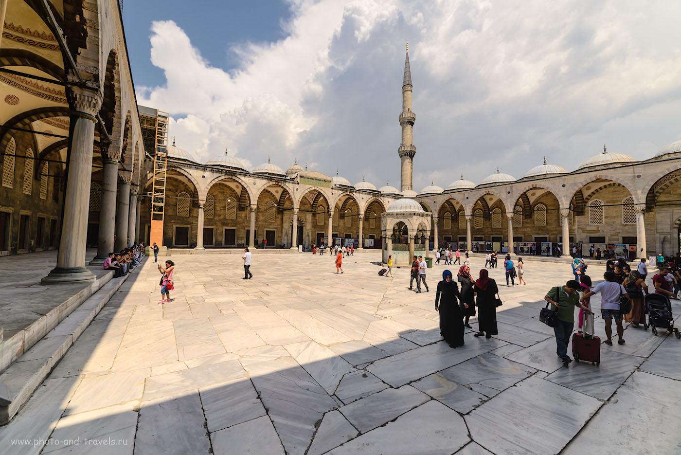 Фотография 3. Во дворе мечети Султанахмет в Стамбуле. Отчет о поездке в Турцию на отдых. 1/640, -1.0, 8.0, 125, 14.