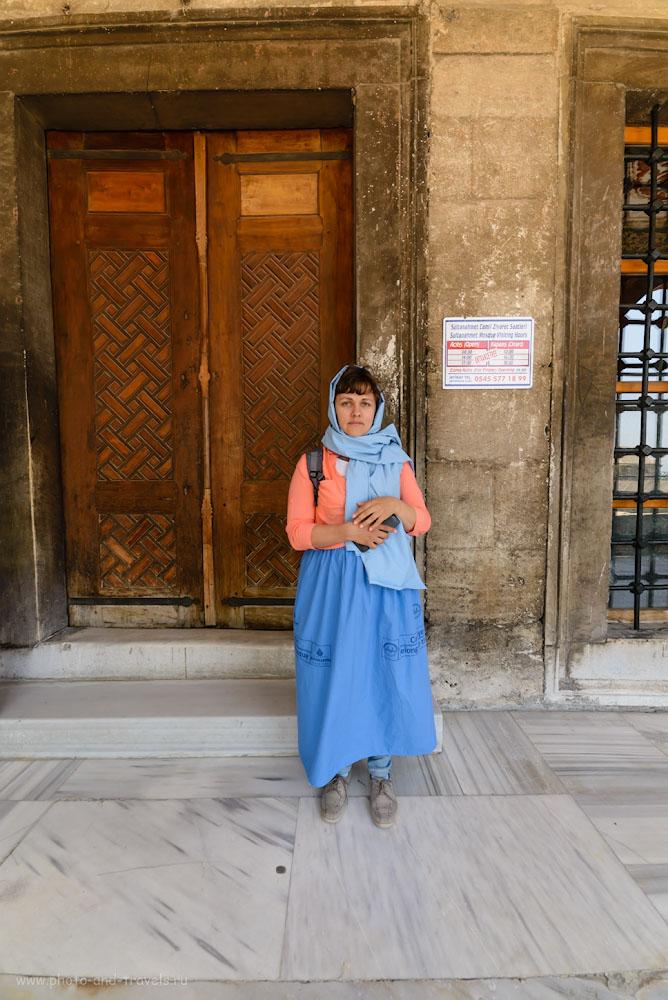 Фото 4. С непокрытой головой и в джинсах, туристов в Голубую мечеть не пускают. 1/125, -0.67, 8.0, 320, 14.