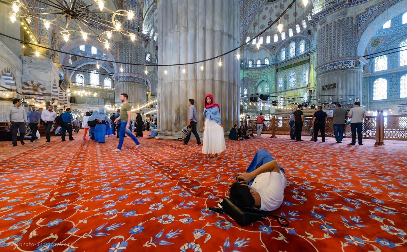Фотография 9. Японская туристка и продвинутый фотограф в Голубой мечети. Достопримечательности Стамбула.  Отчет о поездки по Турции самостоятельно. 1/40, -0.33, 5.6, 2500, 14.