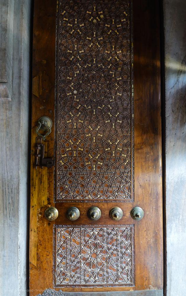 Фото 10. Одна из створок ворот на выходе из мечети Султанахмет в Стамбуле. Поездка в Турцию в отпуск. 1/80, 5.6, 2500, 14.