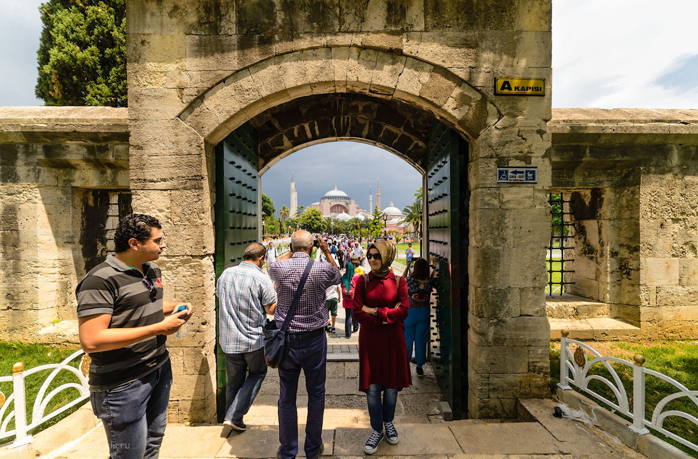 Фото 11. Вид на собор святой Софии, через ворота голубой мечети. Отчеты об экскурсиях по Стамбулу во время путешествия по Турции. 1/200, +0.33, 8.0, 320, 14.