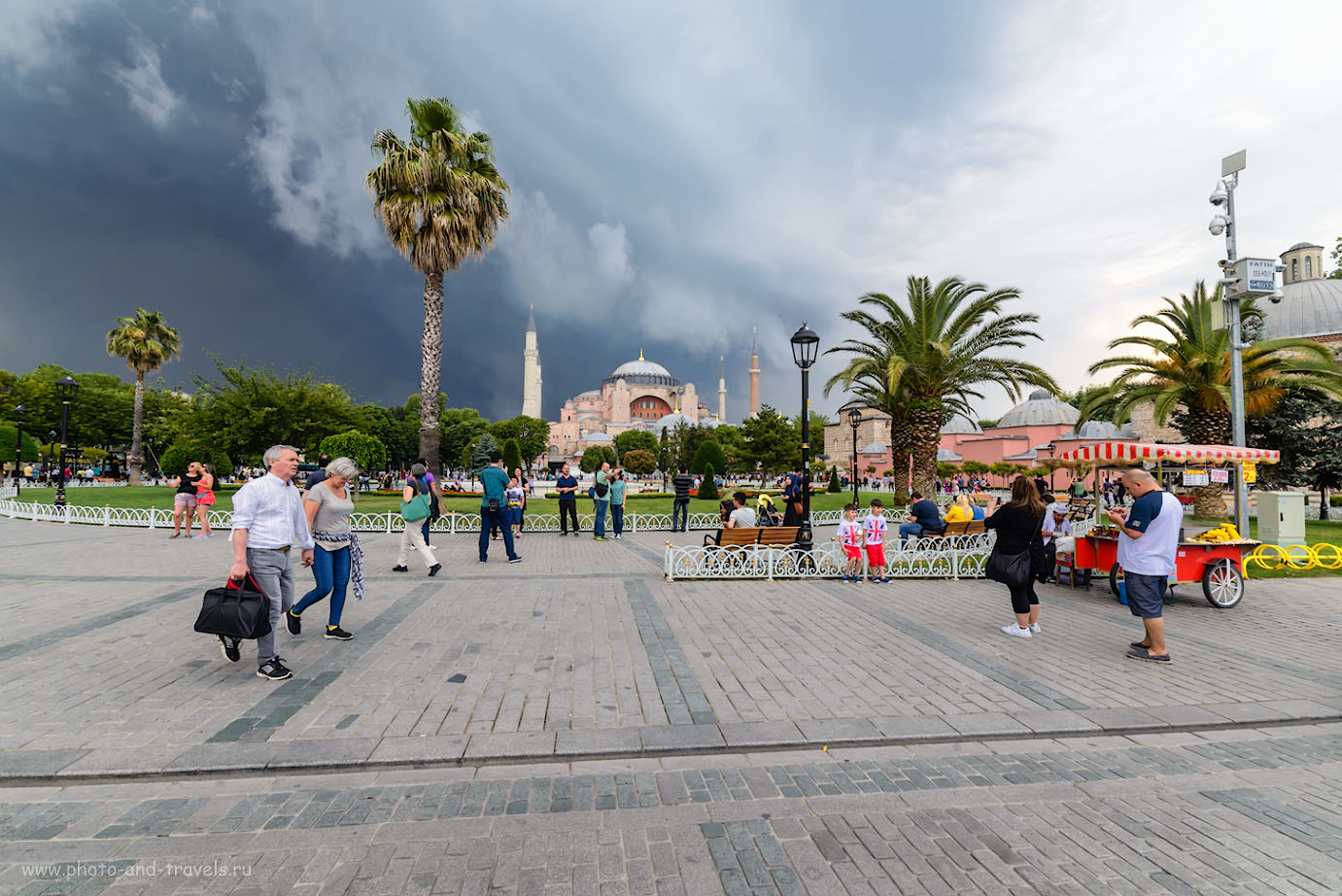 Фотография 12. Туристы на площади Султанахмет в Стамбуле. Цистерна Базилика - за деревьями, слева от Айя-Софии. 1/320, -0.67, 320, 14.