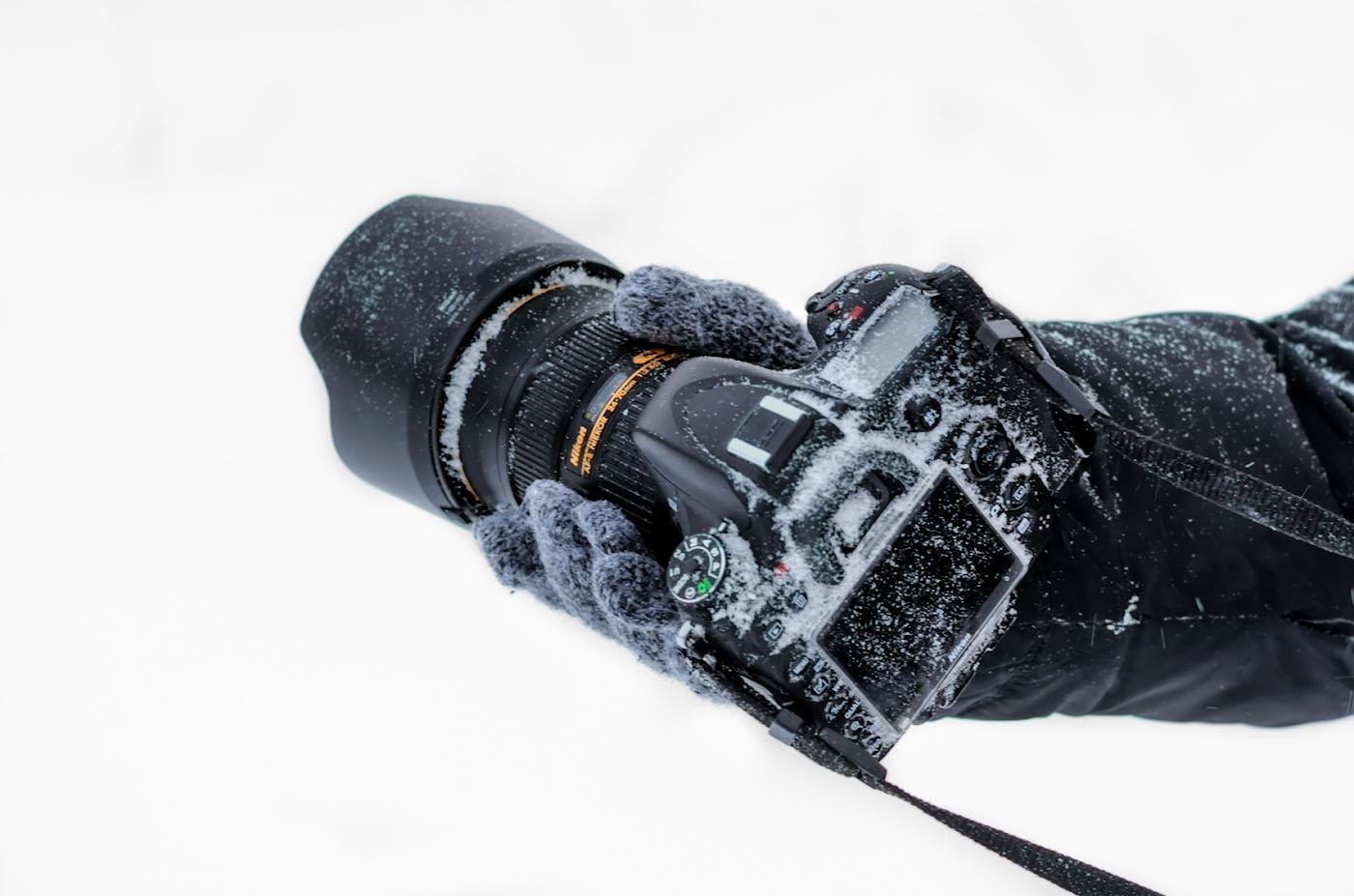 38. Испытания для фототехники во время зимних походов выходного дня по горам Южного Урала. В кадре – Nikon D610 и объектив Nikon 24-70mm f/2.8, снято на кропнутый Nikon D5100 и полтинник Nikon 50mm f/1.8G. Параметры: 1/80, +0.67, 3.5, 200, 50.