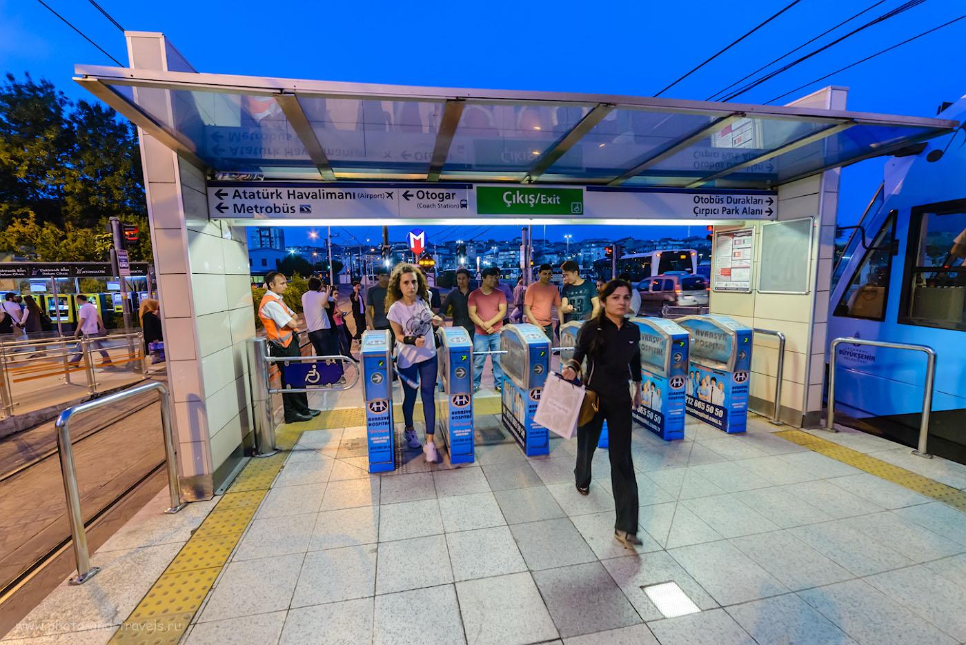Фото 34. Так в Стамбуле выглядит трамвайная остановка. Здесь нужно сделать пересадку на метро в аэропорт. Как поехать в Турцию самостоятельно. 1/50, 5.6, 4000, 14.