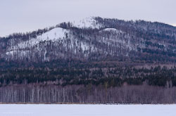 1Na severe CHeliabinskoi oblasti v novogodnie prazdniki my podnimalis na goru Sugomak U ee podnozhia est Sugomakskaia peshchera.