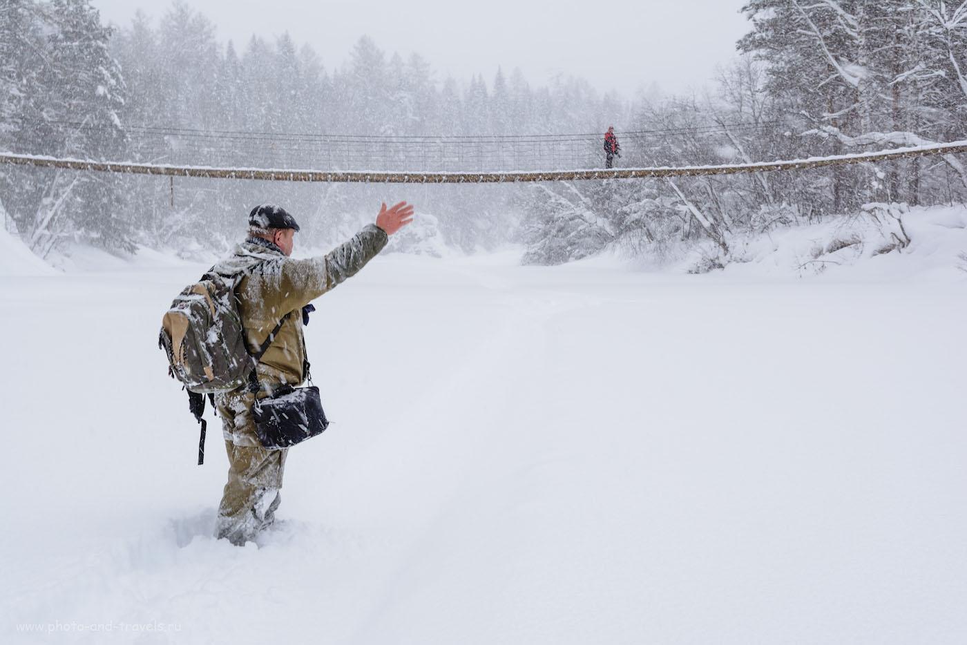 """14. Вид на подвесной мост (Мишкин мост) через реку Серга у скалы Карстовый мост в парке """"Оленьи ручьи"""". Во время снегопада в январе здесь было чудесно."""