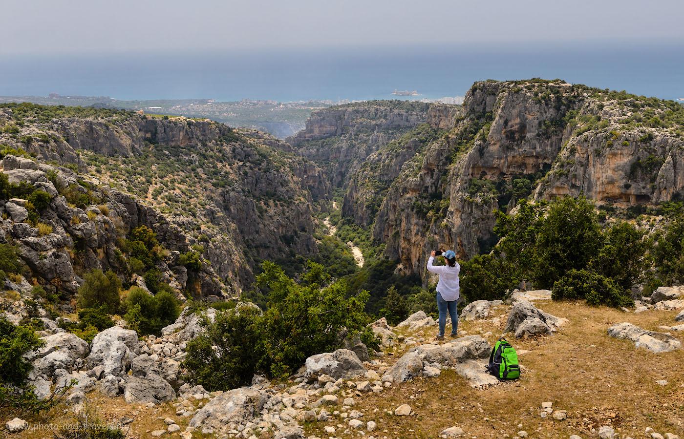 Фото 15. Для того, чтобы показать зрителю, насколько глубокий каньон Şeytan DeresiKanyonu, в который мы спускались во время поездки по Турции на машине в 2015 году, я тоже использовал на зуме Nikon 24-70mm f/2.8 широкоугольное положение. Тушка – Nikon D610. Параметры: 1/800, -1.67, 8.0, 320, 38.