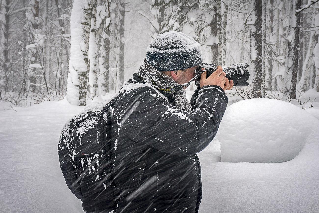 Снимок 3. Камера Никон Д5200 и объектив Никон 17-55/2,8 в сложных погодных условиях. За спиной – мой новый фоторюкзак Lowepro Flipside 400 AW. Снято на Sony Alpha A6000 Kit 16-50. 11, 1/30, 100, -1, 50.