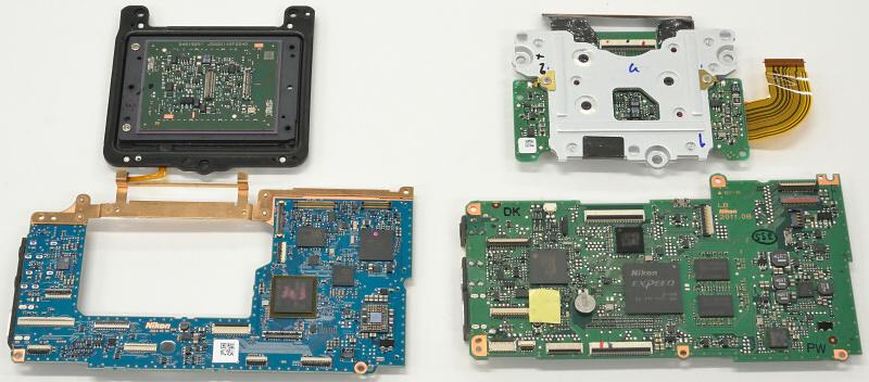 Фото 5. Плата Никон Д750 слева, Никон Д610 – справа. Материнская плата в новой модели уменьшилась по площади, благодаря увеличению плотности расположения микроэлементов, отверстию в центральной части. Все это позволило уменьшить толщину тушки.