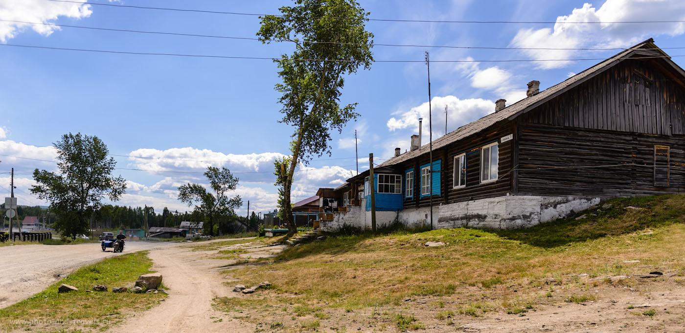 Фотография 3. Улица в поселке Аять, отзыв о походе выходного дня из Екатеринбурга. Камера Nikon D610, объектив Nikon 24-70mm f/2.8G. Настройки: выдержка 1/2000, экспокоррекция 0EV, ISO 100, фокусное расстояние – 24 мм.