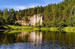 Ochen krasivye skaly mozhno posmotret vdol reki CHusovaia u sela Sloboda Sverdlovskoi oblasti Skhema marshruta avtomobilnogo puteshestviia i peshei progulki na odin den.