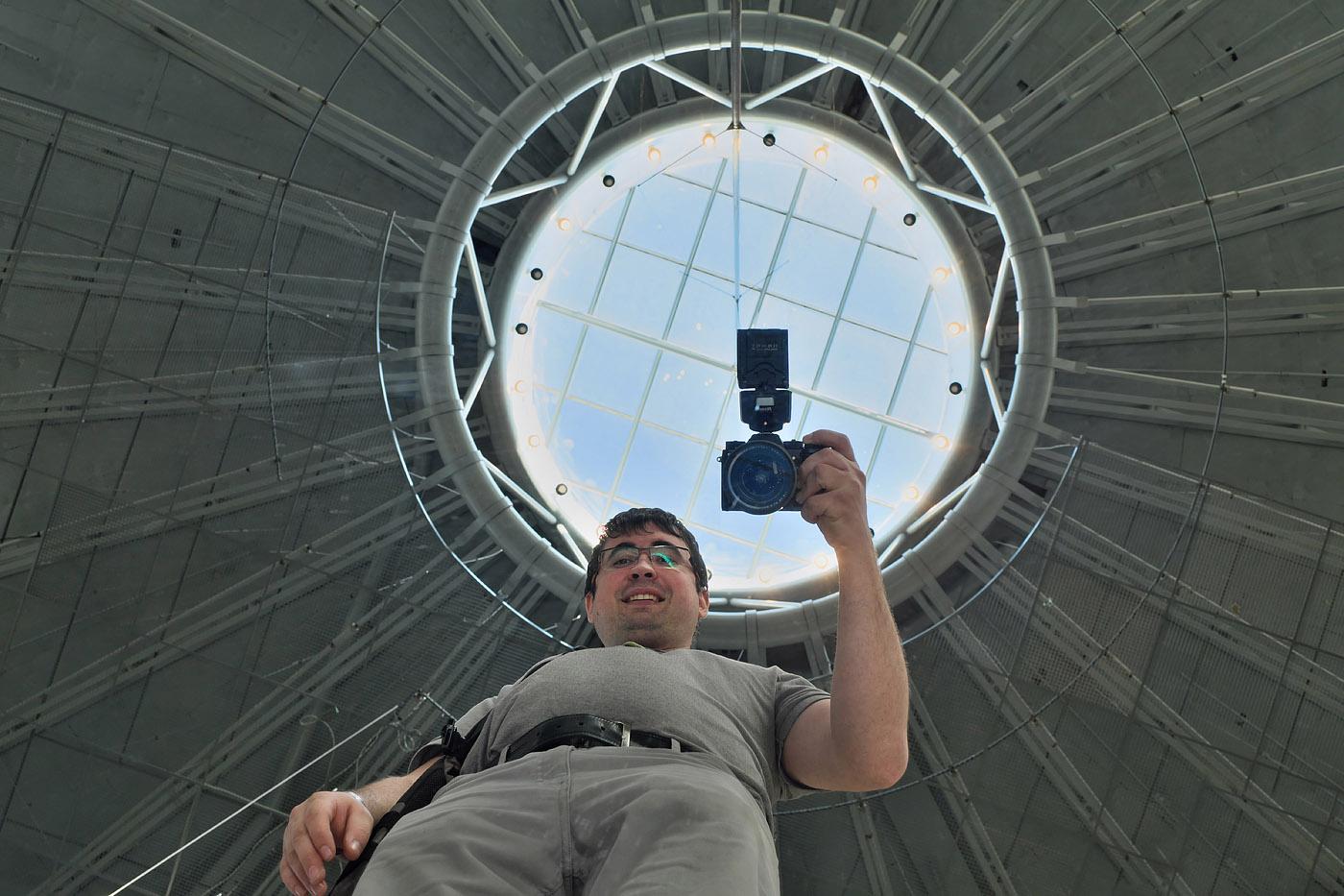 2. Счастливый владелец камеры Fujifilm X-T2 с объективом Fujifilm XF 16-55mm f/2.8 и внешней вспышкой Nissin i40. Настройки: выдержка 1/80 сек., экспокоррекция 0EV, f/6.4, ISO 1600, вспышка не сработала, фокусное расстояние 24,2 мм.