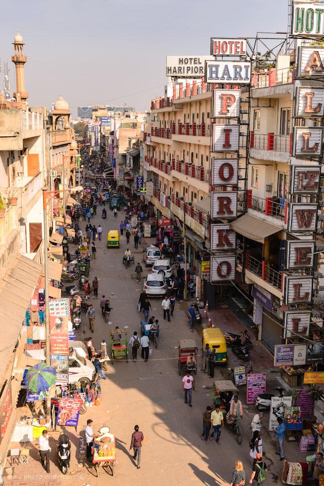 Фото 2. Вид на Мэйн Базар с крыши ресторана «Кришна» в сторону железнодорожного вокзала «New Delhi Railway Station»(код NDLS, в поездке мы побывали еще на 2-х других станциях). 1/160, -0.33. 9.0, 100, 42.