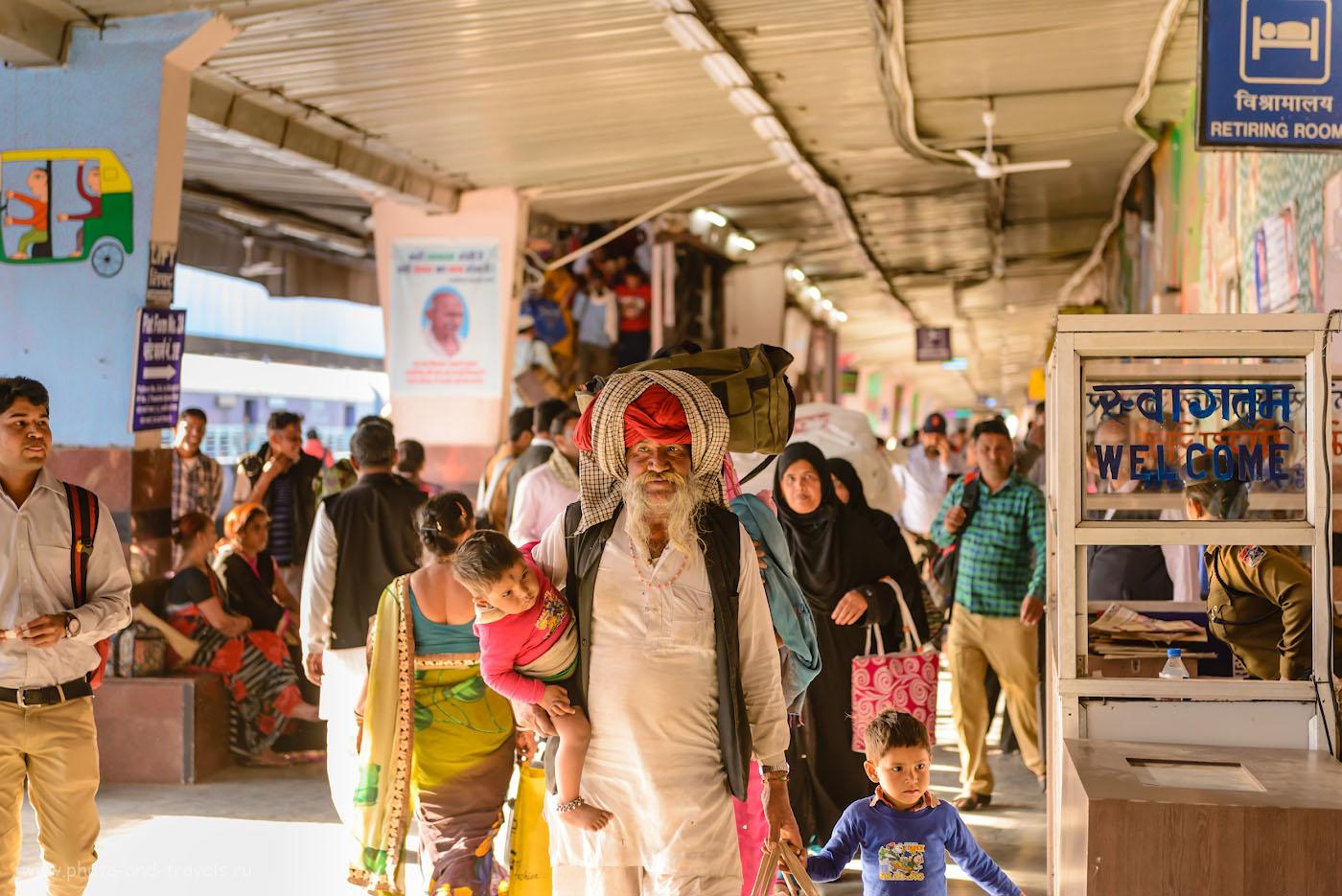 Снимок 27. На железнодорожном вокзале Джайпура. Отчеты туристов о путешествии по Индии дикарями. 1/160, 2.8, 800, 70.