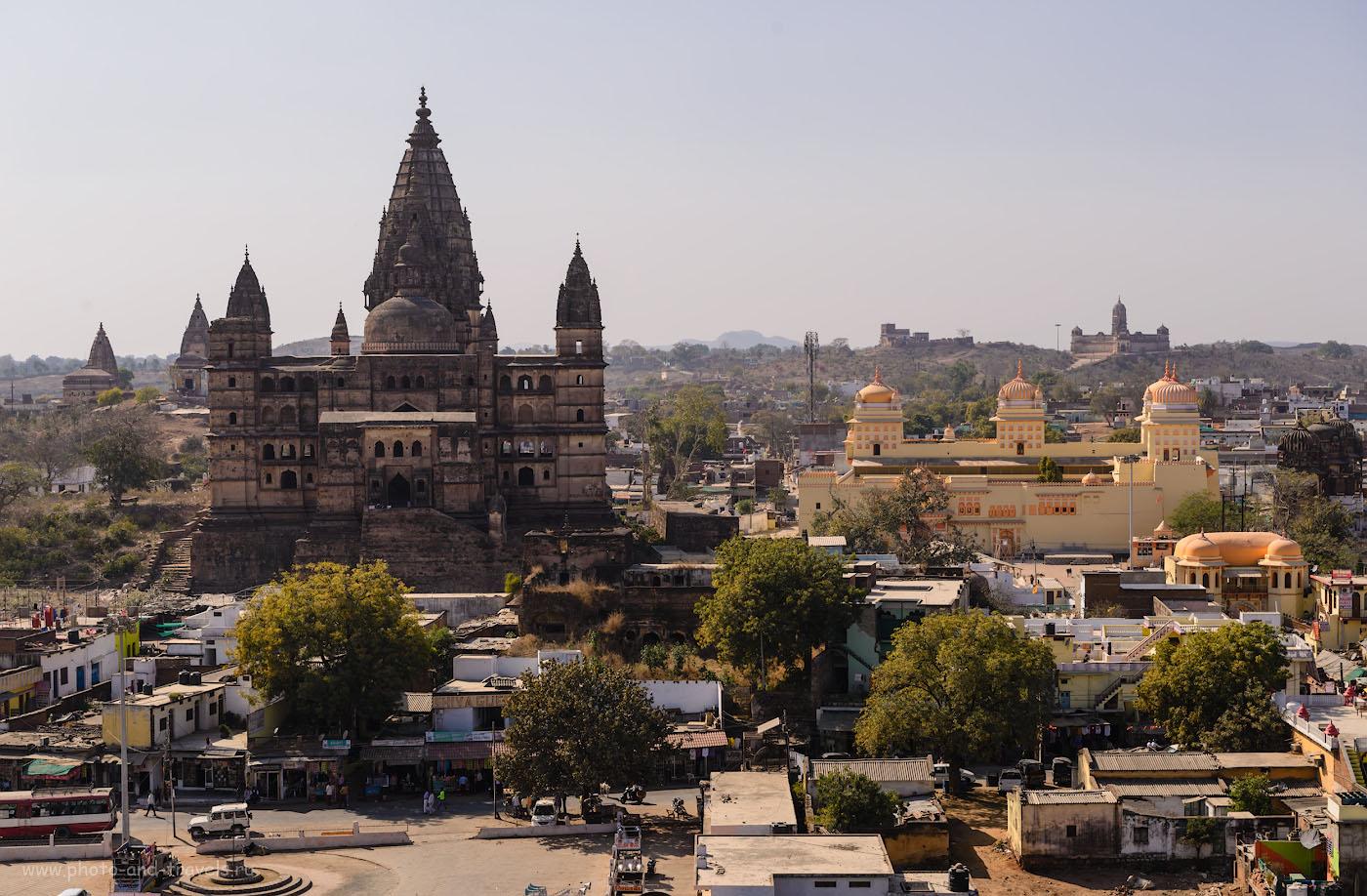 Фотография 12. Вид на храм Чатурбхудж Мандир со стен дворца Джахангир-Махал. Желтый храм - Ram Raja Temple. Вдали видна третья старинная достопримечательность Орчхи – Лакшми-Нараян (LakshmiNarayan Temple). 1/250, -0.33, 100, 58.