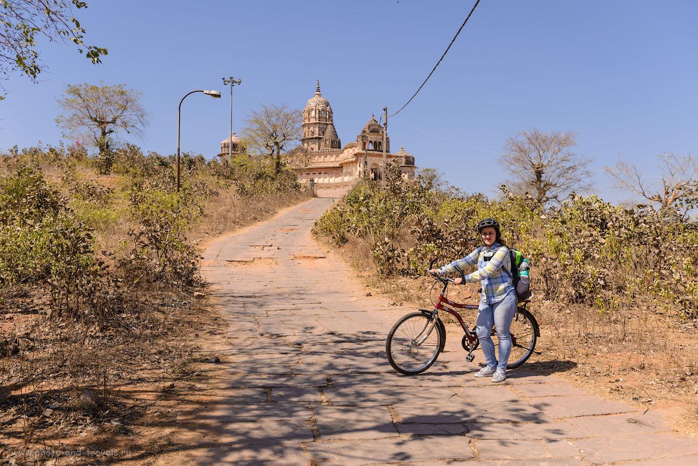 Фотография 13. Прогулка по окрестностям городка Орчха на велосипедах. На заднем плане – храм Лакшми. 1/800, 4.5, 100, 34.