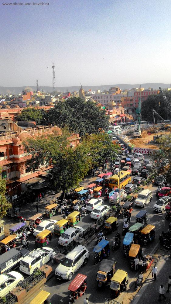 Фото 24. Вид на улицу в Джайпуре с крыши дворца Хава-Махал. Сможете без проблем перейти дорогу? Снято на смартфон Asus Zenfone 6.
