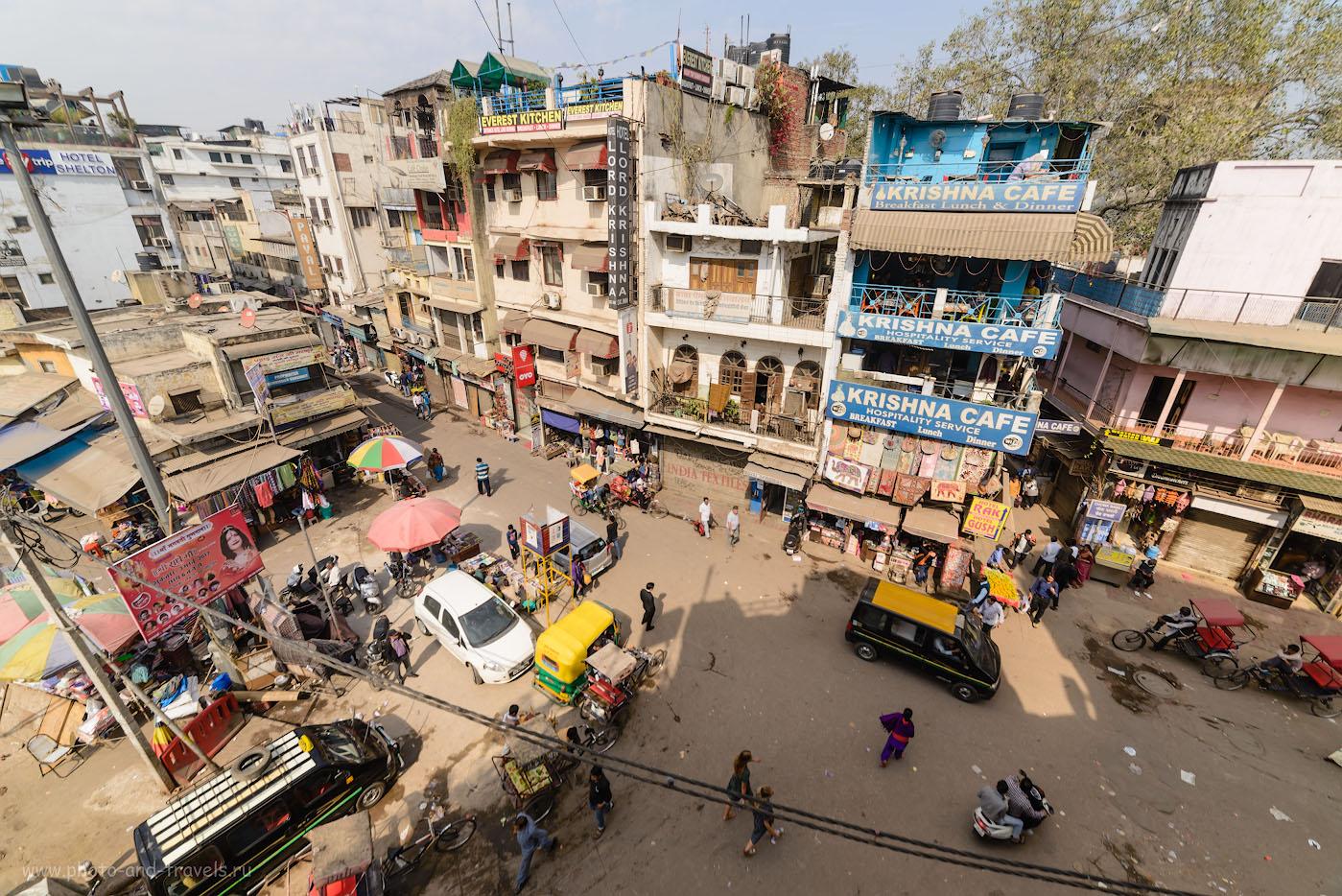 Фото 1. Вид на улицу Мэйн-Базар в Дели. Отзывы туристов о самостоятельном путешествии по Индии. Снято на Nikon D610 + Samyang 14mm f/2.8 со следующими настройками: В=1/200 с, -0.33EV, f/8.0, ISO 100, ФР=14 мм.