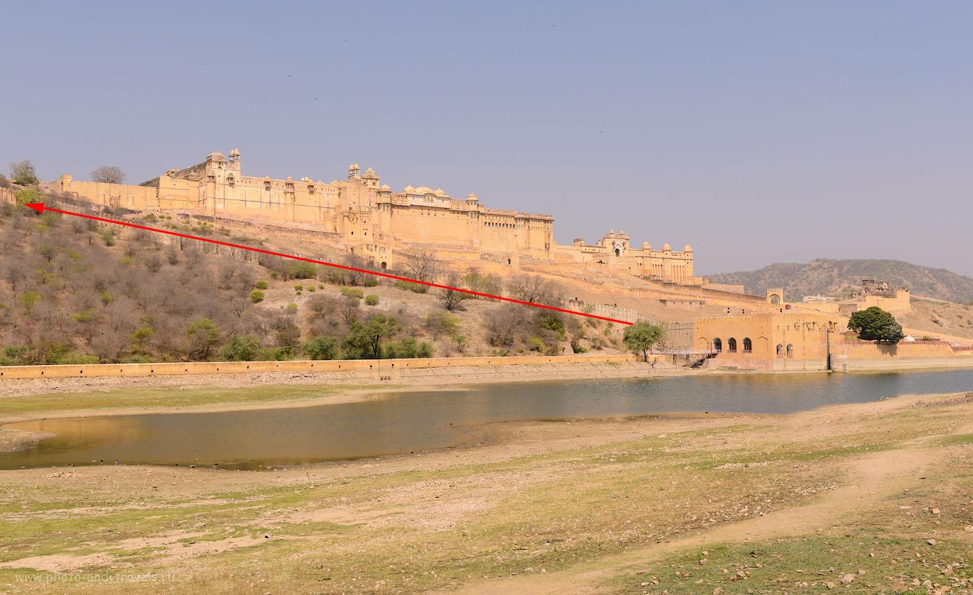Фото 1. Старинный форт Амбер (Amber Fort). Отзывы туристов об экскурсии в Джайпуре. Мы карабкались к форту Джайгарх по стене, отмеченной красной стрелкой. Снято на Никон Д610 с объективом Никон 24-70мм 2,8. Настройки: выдержка 1/400, экспокоррекция 0EV, диафрагма 8.0, ИСО 100, фокусное расстояние 36 мм.