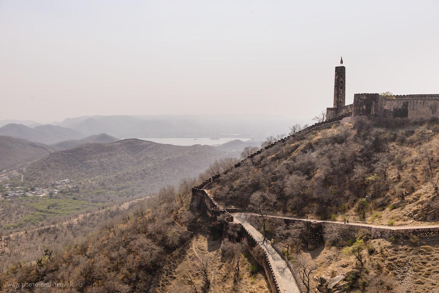 Фото 17. Вид со стен форта Джайгарх на озеро Мэн Сагар (Man Sagar Lake) и Джал-Махал (Дворец на воде, Jal Mahal). Отчет об экскурсии в Джайпуре самостоятельно. 1/640, -0.33, 6.3, 100, 35.