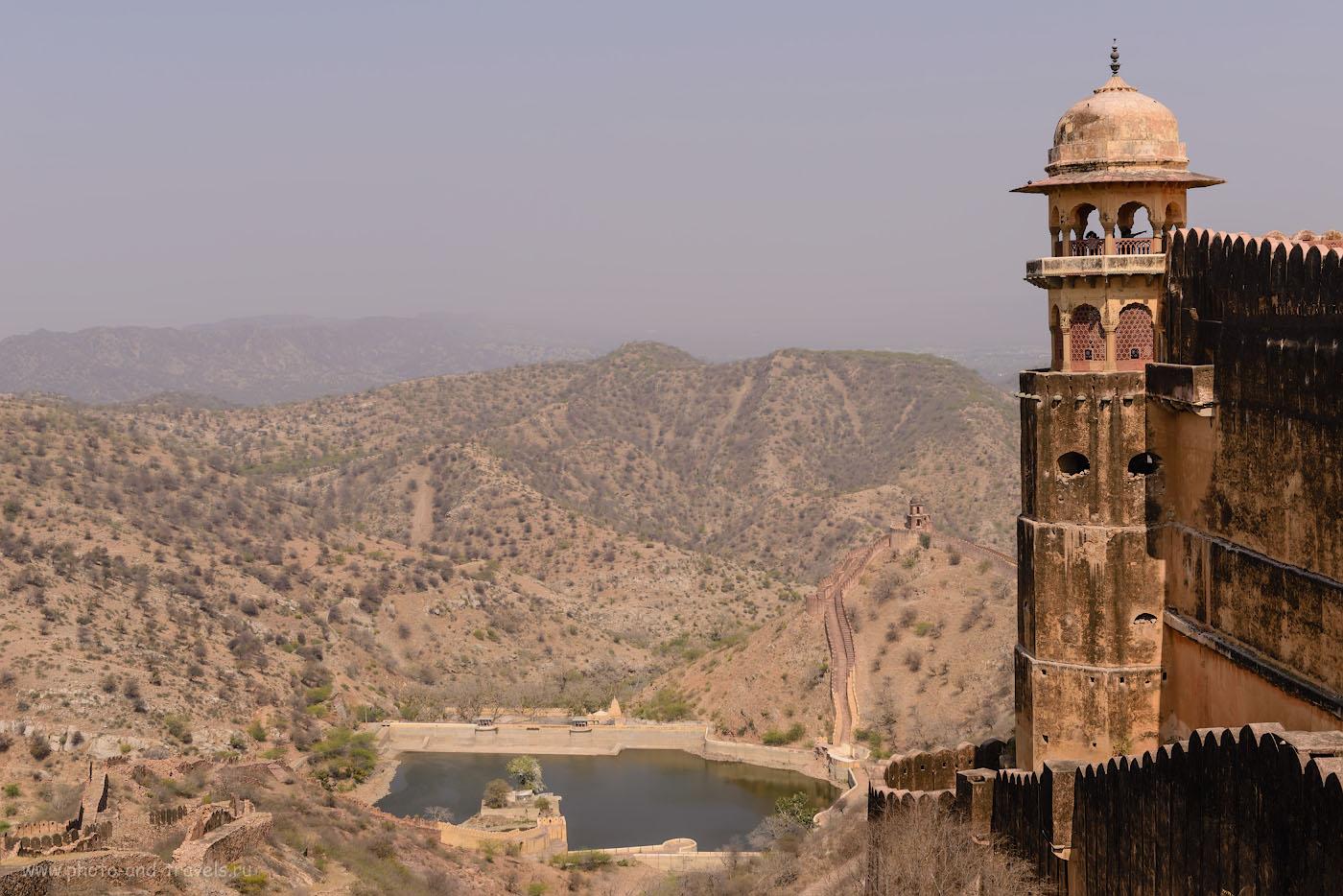 Фото 21. Чудесный пейзаж открывается на окрестные горы и озеро Хануман Сагар с башни крепости Джайгарх в Джайпуре. Отзывы о поездке по «Золотому треугольнику» Индии самостоятельно. 1/320, -0.33, 9.0, 100, 50.