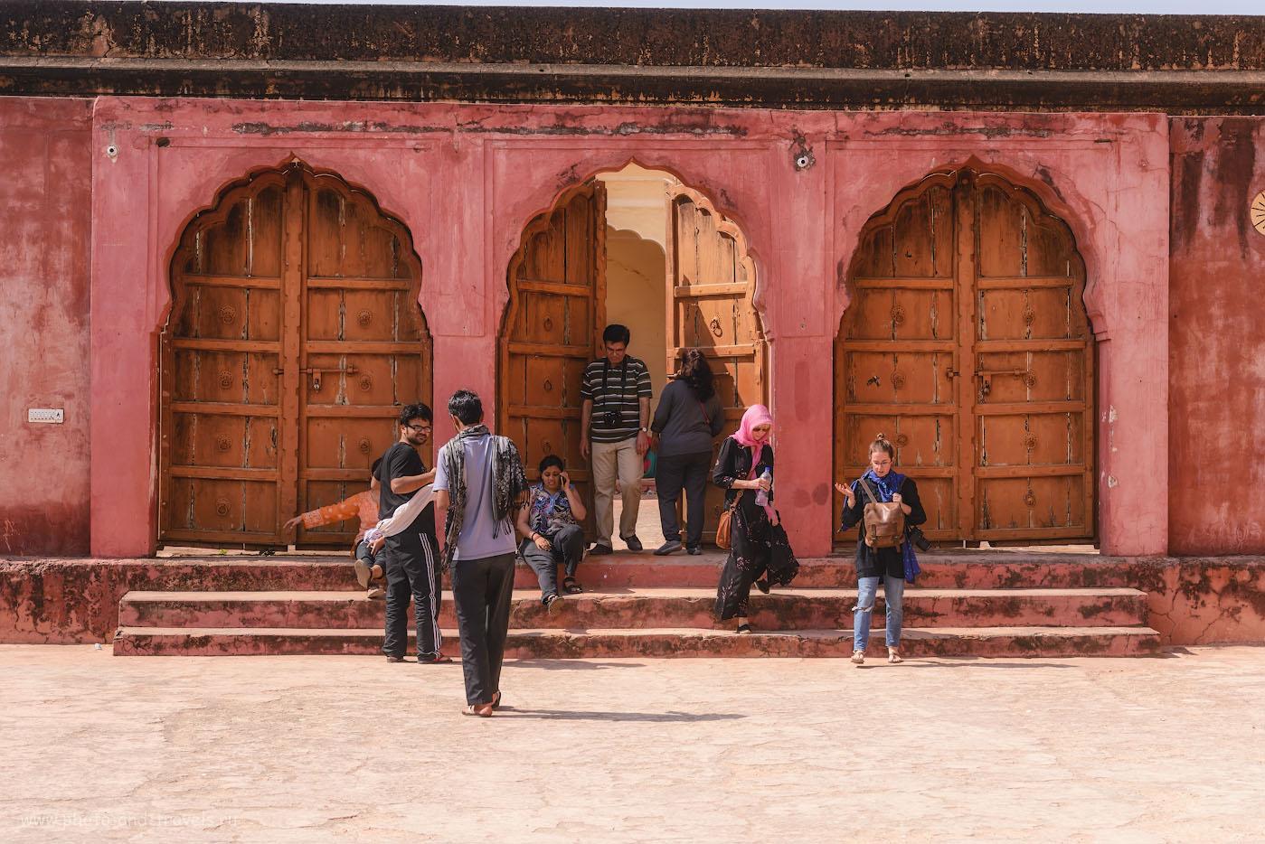 Фото 25. Туристы в форте Джайгарх ищут сокровища. Отзыв о самостоятельной экскурсии по «Золотому треугольнику» Индии. 1/200, 8.0, 100, 70.