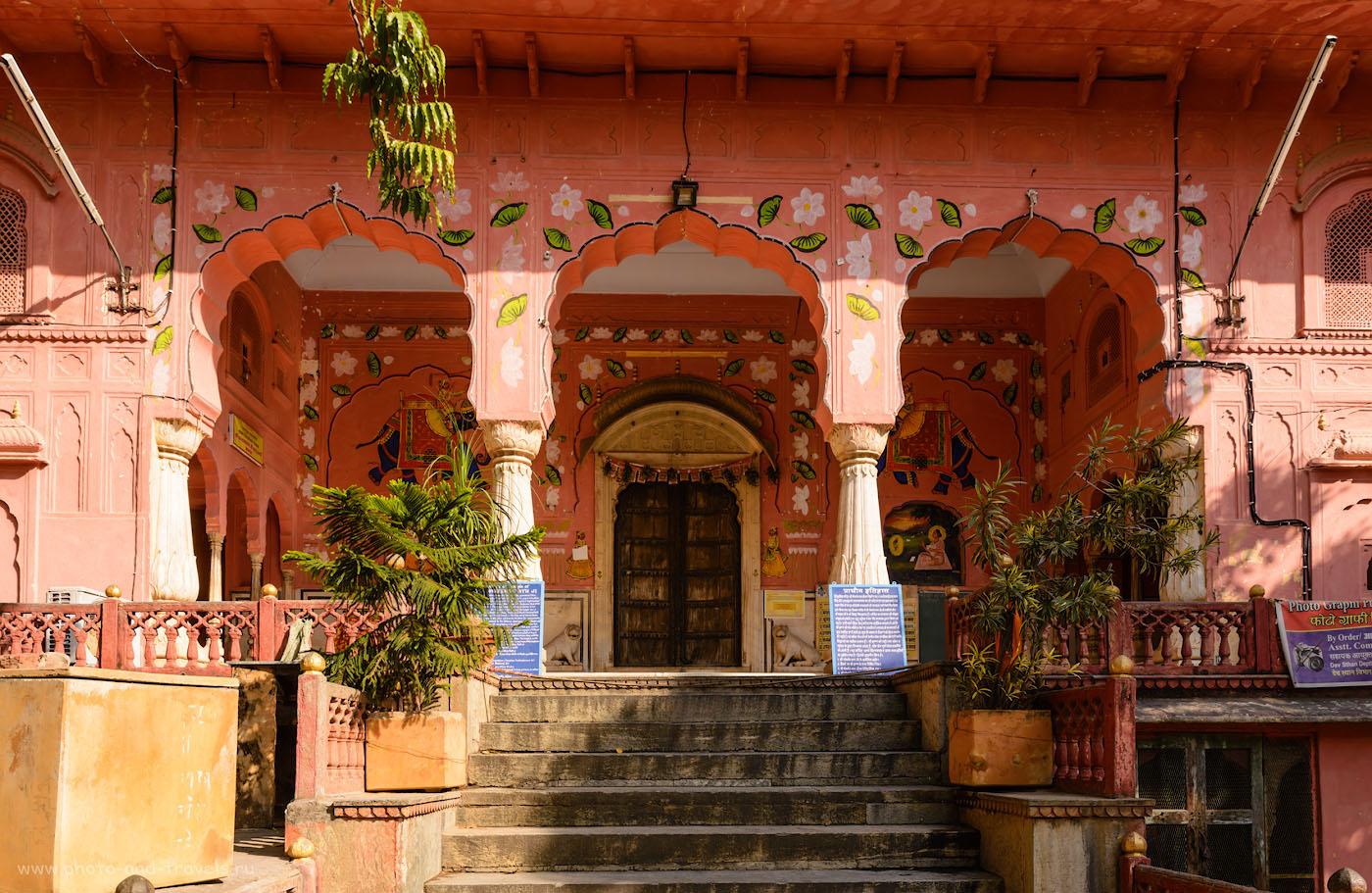 Фото 7. На заднем дворе дворца Хава-Махал. Экскурсии по Джайпуру дикарями. 1/80, 11.0, 100, 24.