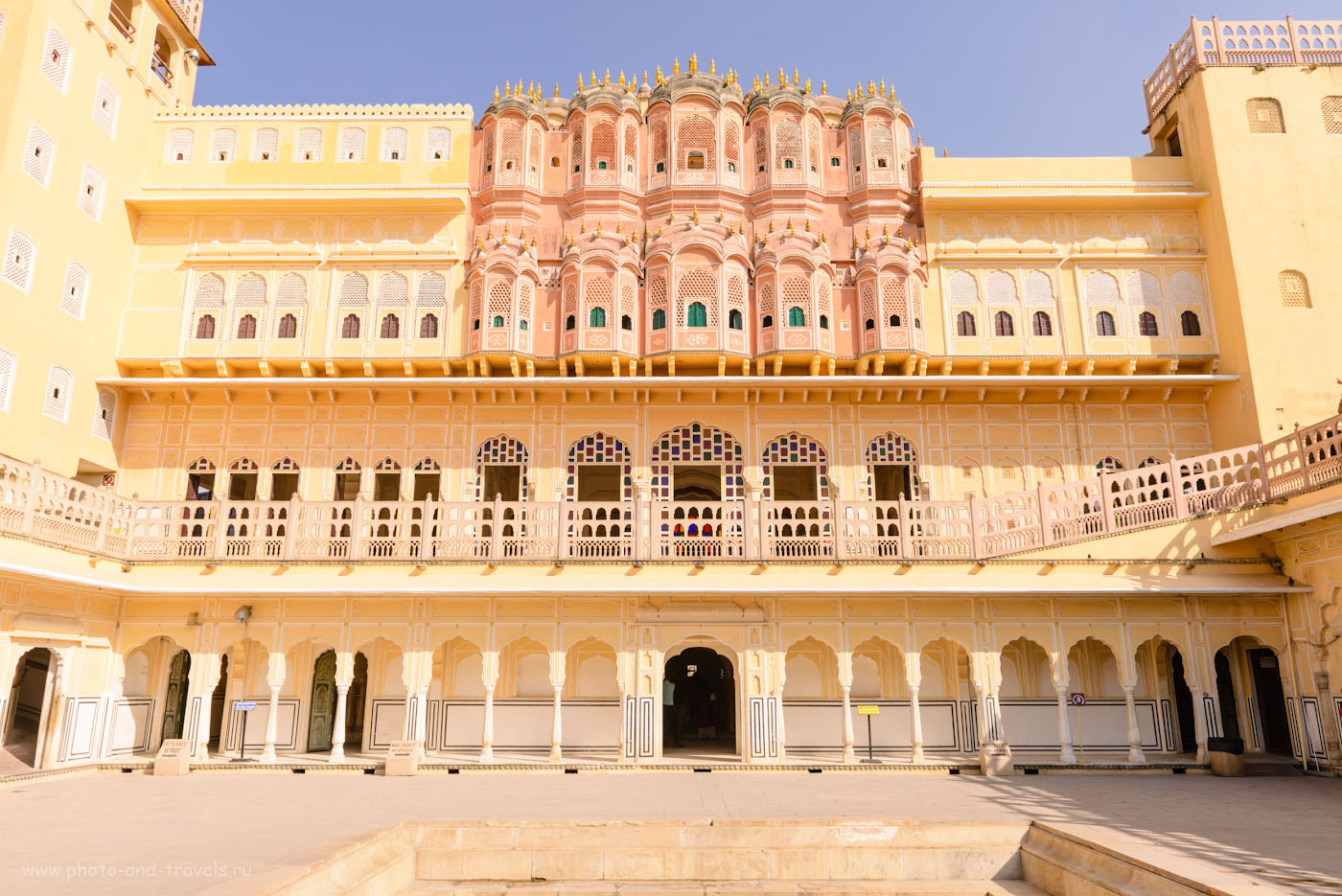 Фотография 9. С улицы Дворец ветров розовый, со двора – желтый. Отчет об экскурсии в Джайпуре. 1/320, 0.67, 7.1, 100, 24.