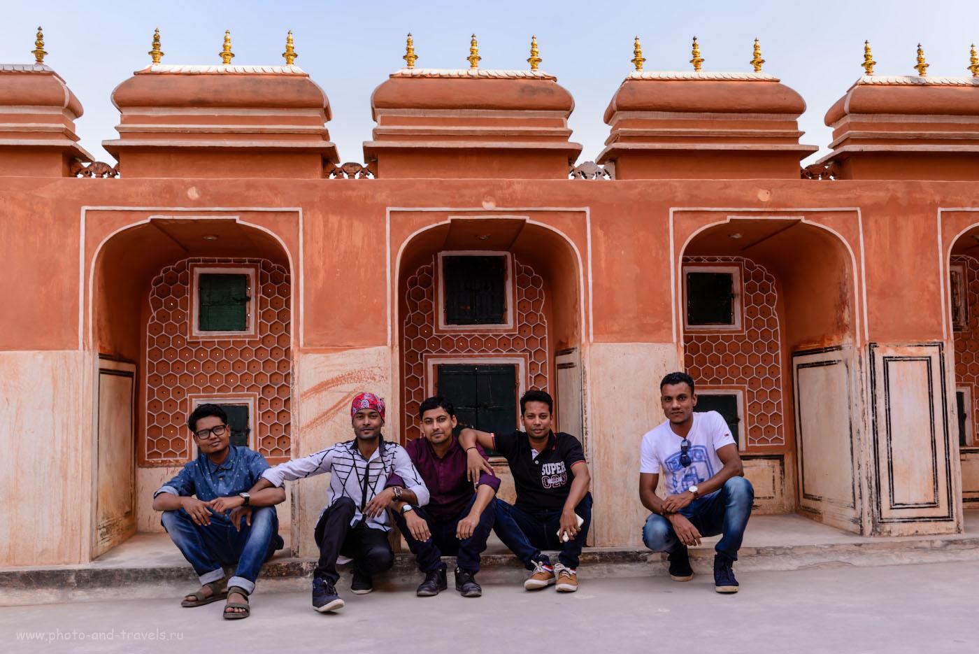 Фото 16. Индийские туристы на крыше дворца Хава-Махал в Джайпуре. 1/100, -0.33, 7.1, 100, 35.