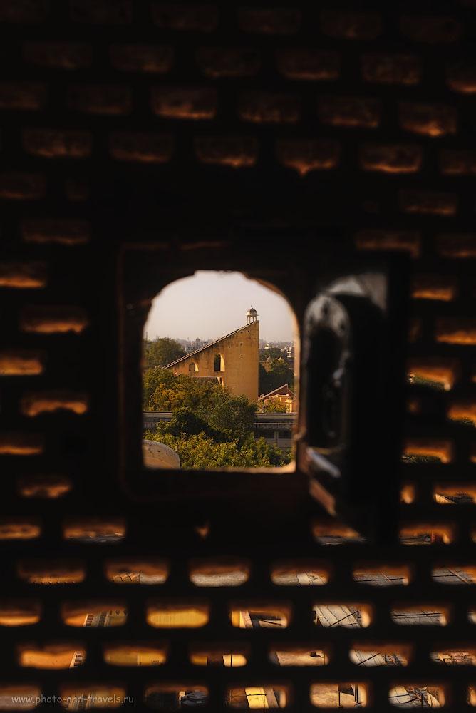 Фотография 13. Вид через одно из 953 окошек дворца Хава-Махал на королевскую обсерваторию Джантар-Мантар (Jantar Mantar) в Джайпуре. 1/500, -1.33, 7.1, 100, 44.