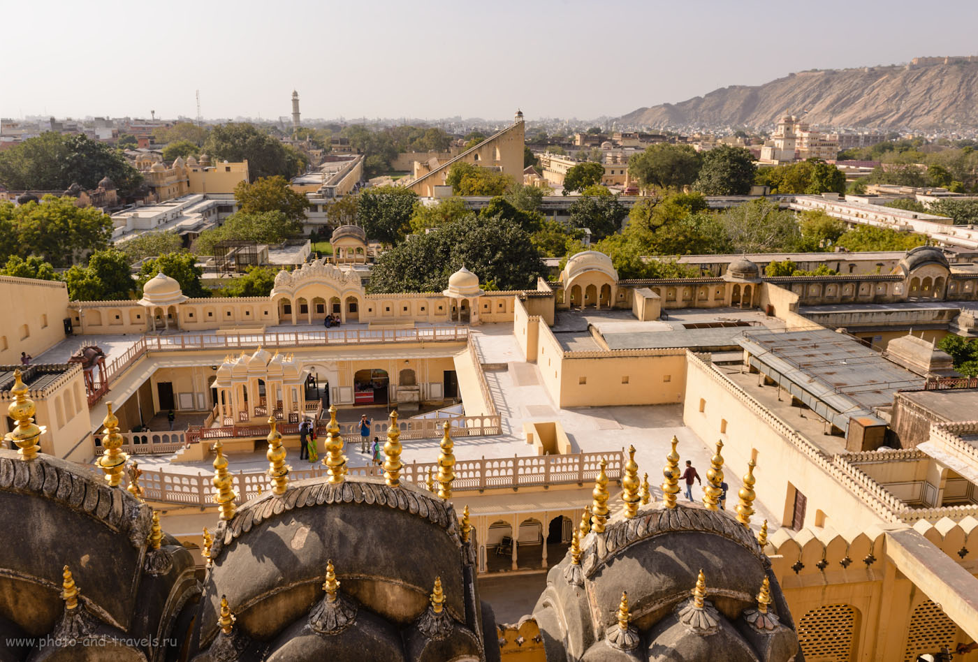 Фото 14. Вид на внутренний дворик Хава-Махал и на обсерваторию Джантар-Мантар. Отзывы о поездке в Джайпур. 1/200, -0.67, 9.0, 100, 24.