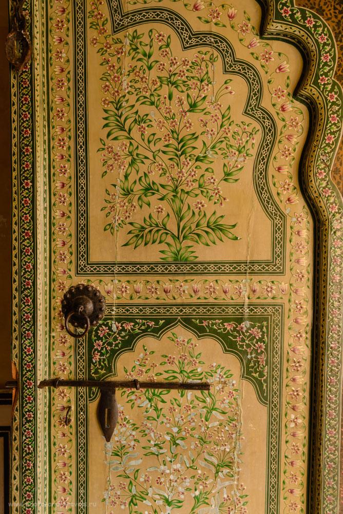 Снимок 17. Во Дворце ветров все безжалостно отреставрировано. Меня больше всего впечатлила вот эта старинная дверь. 1/50, 4.0, 220, 24.
